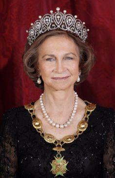 SM la reina Sofía luciendo la tiara rusa de platino, diamantes y perlas.