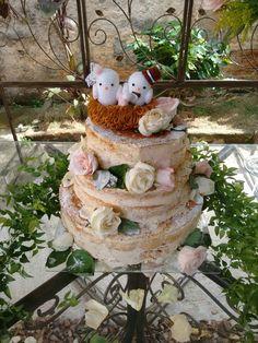 Topo de bolo pombinhos no ninho, confeccionado artesanalmente em crochê.
