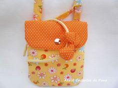 Linda bolsinha infantil colorida, alça com ajuste e forro.  Você compra a bolsa e ganha a tiara.  O produto contem 1 bolsa + 1 tiara.