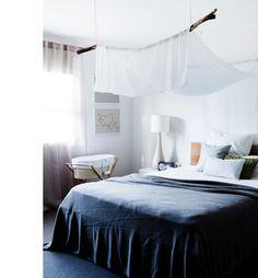 Le ciel de lit n'est pas forcément daté, celui-ci par exemple est fait d'un voile blanc simplement suspendu au-dessus du lit par une branche.