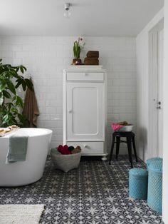 warm white bathroom- love these tiles! Bad Inspiration, Bathroom Inspiration, Laundry In Bathroom, White Bathroom, Modern Bathroom, Design Bathroom, Bathroom Ideas, Bathroom Interior, Dream Bathrooms