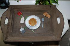 Voor de allerliefste. Ontbijt op bed op moederdag op een uniek hand beschilderd dienblad. Daar word je toch blij van....