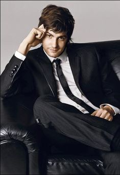 Jim Sturgess (Across the Universe, The Other Boleyn Girl, etc) Amazing pipes, acting, and that smirk is too adorable.