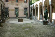 """Il cortile degli """"Spiriti Magni """", Biblioteca Ambrosiana."""