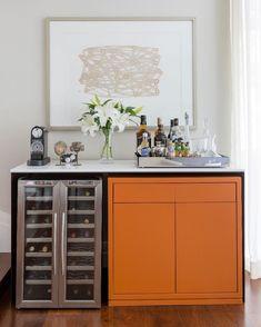 Cores quentes: 70 ideias para esquentar a decoração do ambiente Cabinet Decor, Cabinet Furniture, Bar Furniture, Furniture Design, Bar Sala, Winery Tasting Room, Coffee Bar Home, Mini Bars, Dinner Room