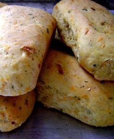Pão de Cenoura (vegan) 5 xícaras de farinha de trigo branca 1 cenoura média ralada 1/2 xícara de alho-poró picado 1/2 xícara de óleo de sua preferência 1 xícara de água morna 1 colher (sopa) cheia de sal 2 colheres (sopa) de gergelim (opcional) 1 colher (sopa) de orégano 1 sachê de fermento biológico seco