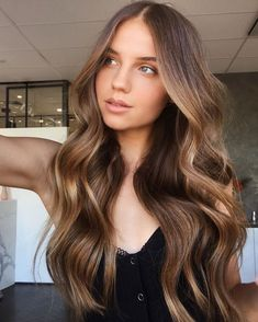 Healthy hair doesn't have to be hard to get. Learn which shampoo to use for your hair type and achieve every day! Brown Hair Balayage, Brown Blonde Hair, Light Brown Hair, Light Brunette Hair, Brown Hair Honey Highlights, Brunette With Highlights, Straight Brunette Hair, Copper Brown Hair, Honey Balayage