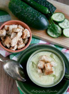 Zupa krem ze świeżych ogórków, z dodatkiem oliwy i grzanek
