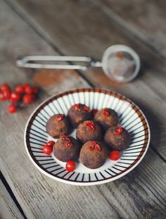 Chokladtryfflar med torkade Rönnbär / Chocolate Truffles with dried Rowanberries