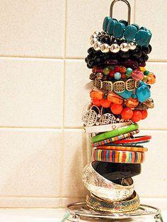 paper towel holder turned bracelet organizer-I think I need more bracelets! Jewelry Organization, Organization Hacks, Jewelry Storage, Organising Hacks, Diy Jewelry, Organizing Ideas, Jewlery, Jewelry Wall, Organization Station