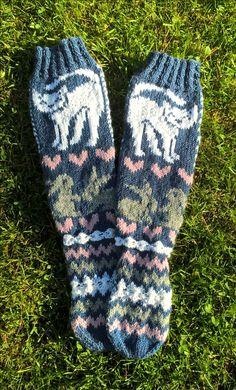 Katt  och kanin  sockorna är färdiga Knit Socks, Knitting Socks, Katt, Colorful Socks, Fair Isle Knitting, Crochet Yarn, Knit Patterns, Cat Lady, Leg Warmers