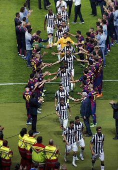 El pasillo de honor del Barcelona a la Juventus  http://www.rtve.es/champions