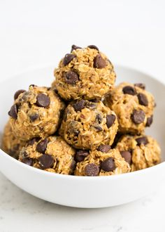 These no-bake energy balls make the perfect breakfast, snack or even dessert. So delicious and only take 5 minutes and 5 ingredients to make! Gourmet Recipes, Snack Recipes, Dessert Recipes, Cooking Recipes, Healthy Recipes, Desserts, Oats Recipes, No Bake Energy Bites, Energy Balls