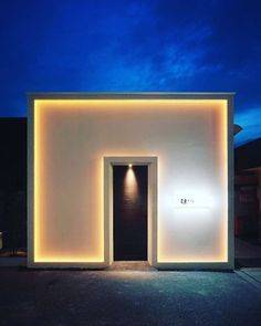 simple and dramatic entry with work on light Retail Facade, Shop Facade, Facade House, Facade Design, Door Design, Exterior Design, House Design, Entrance Lighting, Facade Lighting