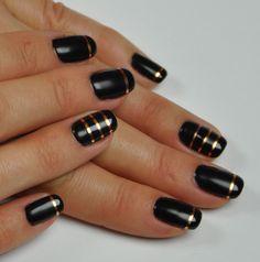Elegant Black nails with metalstribes #gelpolish #gelpolishmanicure #shellak #shellac #wickyhannah #nailart #nails #nailartdesign #nailartist #neglelak #manicure