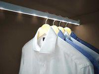 Instala barras de LEDs en el interior de los armarios para una perfecta iluminación. | Mil Ideas de Decoración