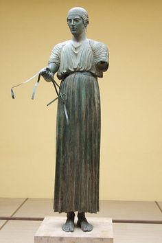l'Aurige (conducteur de chariot) de Delphes - Musée archéologique de Delphes Les fondeurs grecs atteignent également le sommet de leur art à partir du milieu du - Ve siècle. Malheureusement, les statues de métal datant de cette époque sont rare car elles ont été refondues pour une nouvelle utilisation. L'aurige 'conducteur de char) de Delphes en est un exemple.