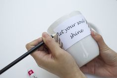 Sharpie Mugs to Help Brighten Your Day DIY Quote Stenciled Sharpie Mugs Mugs Sharpie, Sharpie Crafts, Diy Mugs, Sharpies, Sharpie Projects, Writing On Mugs, Diy Becher, Tassen Design, Pottery Courses