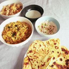 @_lapetitecantine_ Ce midi c'était indien fait maison : Naans à l'ail, riz frit, poulet tandoori, sauce à la menthe et sauce concombre miel tandoori. Tout le monde s'est régalé ! #food #foodblog #foodstagram #instafood #miam #manger #cuisine #recette #comfortfood #indianfood #naans #riz #poulet #tandoori #menthe #concombre #indien
