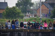 """# Sail de Ruyter 2013 # Sail-in te Middelburg # toekijkende kinderen die luidkeeld """"toeteren"""" scanderen naar de schepen door Hanneke van der Warf"""