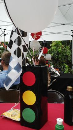 Centro de mesa simulando semáforo. Cumpleaños 4 de Jorge A., Tema: carritos.