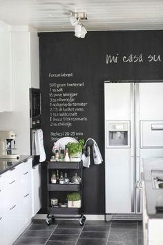 Krijtverf in de keuken: voor weekmenu, recepten, boodschappenlijstje e.d.  Ook leuk dat mobiele bijzettafeltje van Ikea als minibar of om kruiden, specerijen, oliën, azijnen e.d. op uit te stallen.