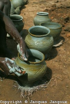 Stock Photo - West Africa Liberia Kpelle Tribe potter decorating clay pots before cooking them African Life, African Culture, African Art, Liberia Africa, African Pottery, West African Countries, Clay Pots, Ceramic Pots, Safari