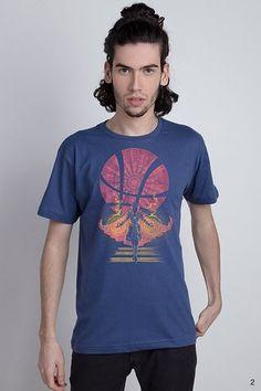 O maior mago do universo Marvel chegou na Chico Rei. Todo o poder do Doutor Estranho estampa a camiseta Sanctum Sanctorum, para fãs de quadrinhos e cinema!
