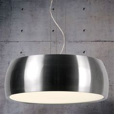 Mari zorgt voor een prachtige lichtval dankzij de grote lampenkap. Met zijn ruime diameter en de opstaande rand van de kap oogt dit design extra groot en industrieel. Hij hangt aan stalen draden met daartussendoor het snoer.