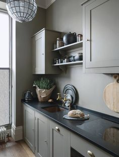 plain english kitchen Carefully curated pieces and a palette of muted tones give interior designer Rui Ribeiros west London flat a composed air that feels contemporary yet timeles Plain English Kitchen, English Kitchens, 1920s Kitchen, Georgian Kitchen, Vintage Kitchen, One Bedroom Flat, Kitchen Cupboards, Kitchen Pics, Barn Kitchen