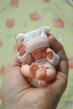 Baby, love the hat Newborn Baby Dolls, Cute Baby Dolls, Mini Bebidas, Silikon Baby, Baby Mold, Real Life Baby Dolls, Baby Barbie, Silicone Reborn Babies, Realistic Baby Dolls