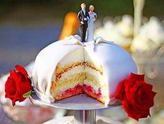 Leilas bröllopstårta på ställning (kock Leila Lindholm).