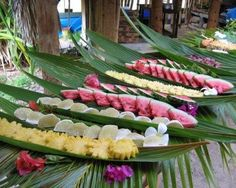 Completa la decoración de tu fiesta luau con esta idea. Utiliza fruta y comida para crear una mesa de colores exóticos. #fiesta #hawaiana