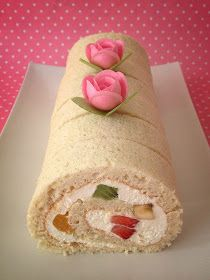 Little Cake House: Vanilla Chiffon Swiss Rolls (more fruit, rainbow 생크림 cake style? Japanese Roll Cake, Biscuit Spread, Lotus Biscoff, Swiss Rolls, Digestive Biscuits, Chocolate Sweets, Chiffon Cake, Fashion Cakes, Little Cakes