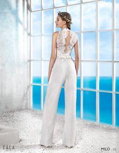 MILO: Mono largo de encaje, con escotes a pico, la espalda con transparencias. Cinto de raso con motivo de pedrería http://www.villais.com/es/vestidos-de-novia-2016/cala/milo/ ++ CustomMade ++