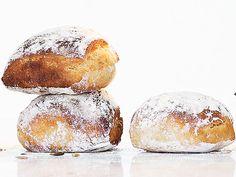 Enkla frallor med honung. Det är honungen tillsammans med rågsikten som ger frallorna deras sega och lite kolaartade skorpa. Det går fint att baka frallorna enbart på rågsikt, de blir då bara aningen mer kompakta. Bread Bun, Bread Cake, I Love Food, Good Food, Yummy Food, Tasty, Savoury Baking, Bread Baking, Artisan Bread Recipes