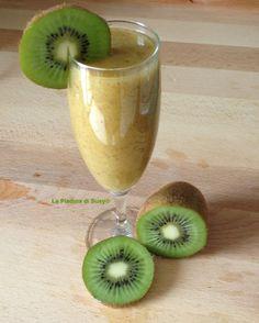 FRULLATO DI KIWI: succo di mela ottenuto con la centrifuga, kiwi, albicocca, pera, succo di limone e ghiaccio.