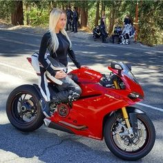 Pretty much out here having the time of our life! Sport bikes shall no longer be only for men Outlaws Motorcycle Club, Motorcycle Dirt Bike, Motorbike Girl, Motorcycle Girls, Lady Biker, Biker Girl, Super Bikes, Ride Out, Cafe Racer Girl