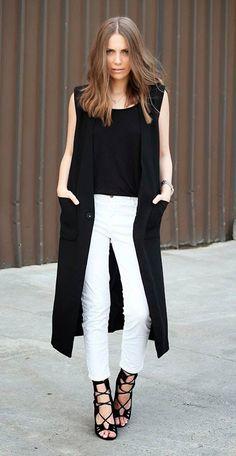 Street style look com colete preto, calça branca