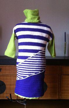 Haken: Achterkant jurk. Zonder patroon gehaakt in stokjes, paars (donkerder dan op foto),wit en limoen, losse col, witte diagonale ketting van lossen is er apart op geregen. Haaknaald 4, totaal ca. 700 g 100% acryl van Xenos, 14 st. 9 t. = 10x10 cm, 115 m/50 g.  Ik werd geïnspireerd door een machinaal gebreid jurkje van Pennyblack. Double crochet dress made by @CentLovesColour without pattern/tutorial, inspired by machine knitted Pennyblack dress. Winter 2015/16