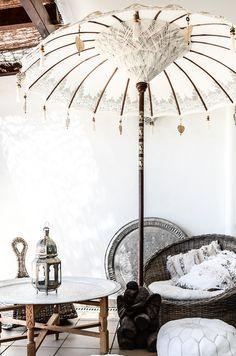 Kauniilla yksityiskohdilla koristeltu aurinkovarjo on tämän terassin keskipiste. Sisustuksessa käytetyt tuotteet:marokkolainen tarjotin ja pouf, Bali-aurinkovarjo, Casablanca-lyhty.