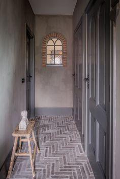 Hal in landelijke stijl met vloer van waaltjes. Lees de BLOG over dit landelijke interieur.