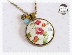 Colgante con camafeo de tela con motivos florales de aire romántico. https://www.facebook.com/duobuho