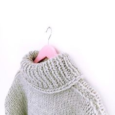 Maglione fmc.atelier realizzato interamente a mano e su misura. Modello dolcevita con collo alto e avvolgente. Handmade knitting. Sweater tailored.