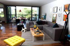 Sofá Modus Cinza, Mesa de Centro Block e Puff Barcelona Amarelo. Gostou? Saiba mais em www.oppa.com.br