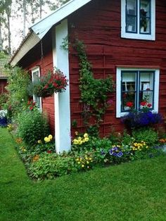 Picture Of peaceful and cozy nordic garden decor ideas 11 Picture of peaceful and cozy nordic garden decoration ideas 11 Swedish Cottage, Red Cottage, Swedish House, Garden Cottage, Cottage Style, Garden Beds, Beautiful Gardens, Beautiful Homes, House Beautiful