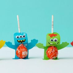 Cast a sweet spell at your Halloween party with these Monster Sucker Pops! These DIY Halloween party favors will make your Halloween candy even sweeter. Give these lollipops out to Diy Halloween Party, Dulces Halloween, Halloween Birthday, Diy Halloween Decorations, Halloween Candy, Halloween Stuff, Halloween Halloween, Halloween Makeup, Halloween Costumes