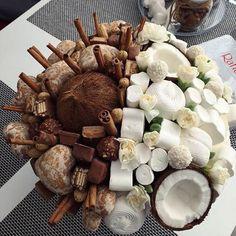 Букеты Food Bouquet, Diy Bouquet, Candy Bouquet, Flower Box Gift, Flower Boxes, Fruit Flower Basket, Chocolate Flowers Bouquet, Edible Bouquets, Candy Flowers