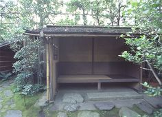 [Omote senke] tea room: Sotokoshikake (Outer waiting arbour).  [表千家不審菴]祖堂:外腰掛
