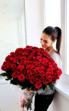 41 Captivating Rose Arrangement Design Ideas For Your Girlfriend To Try - Do you remember, how happy you felt last time when someone gifted you a lovely flower bouquet on your last birthday? Flowers bouquets and beautiful fl. Valentine Flower Arrangements, Rose Arrangements, Beautiful Flower Arrangements, Rose Bouquet Valentines, Flowers For Valentines Day, Valentine Ideas, Valentine Roses, Valentine Gifts, Amazing Flowers